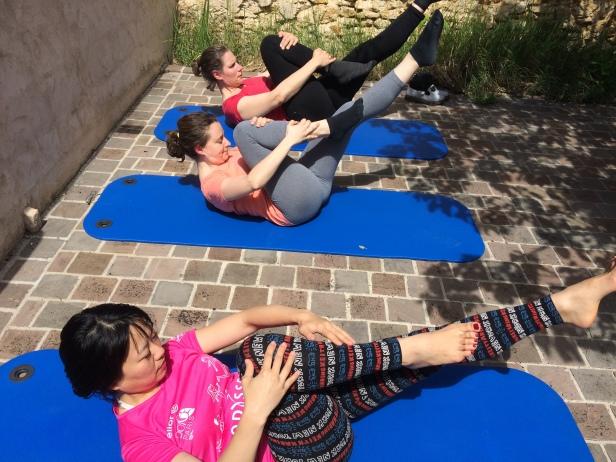 Pilates Saint Maur - Cours de mat - pilates single leg stretch
